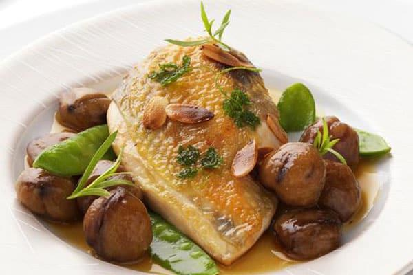 La meilleure recette avec des suprêmes de pintade : la recette des Suprêmes de pintade, oignons doux, châtaignes et foie gras
