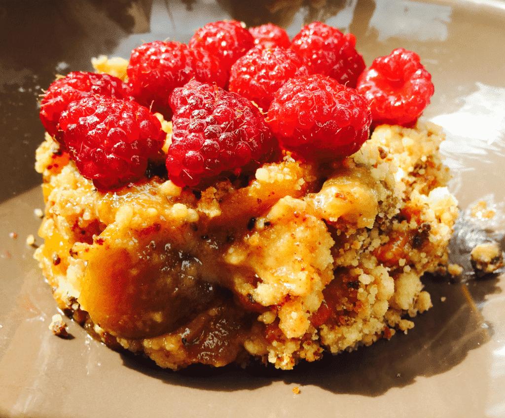 recette du Crumble pêche amaretti framboise coulis de fruits rouge