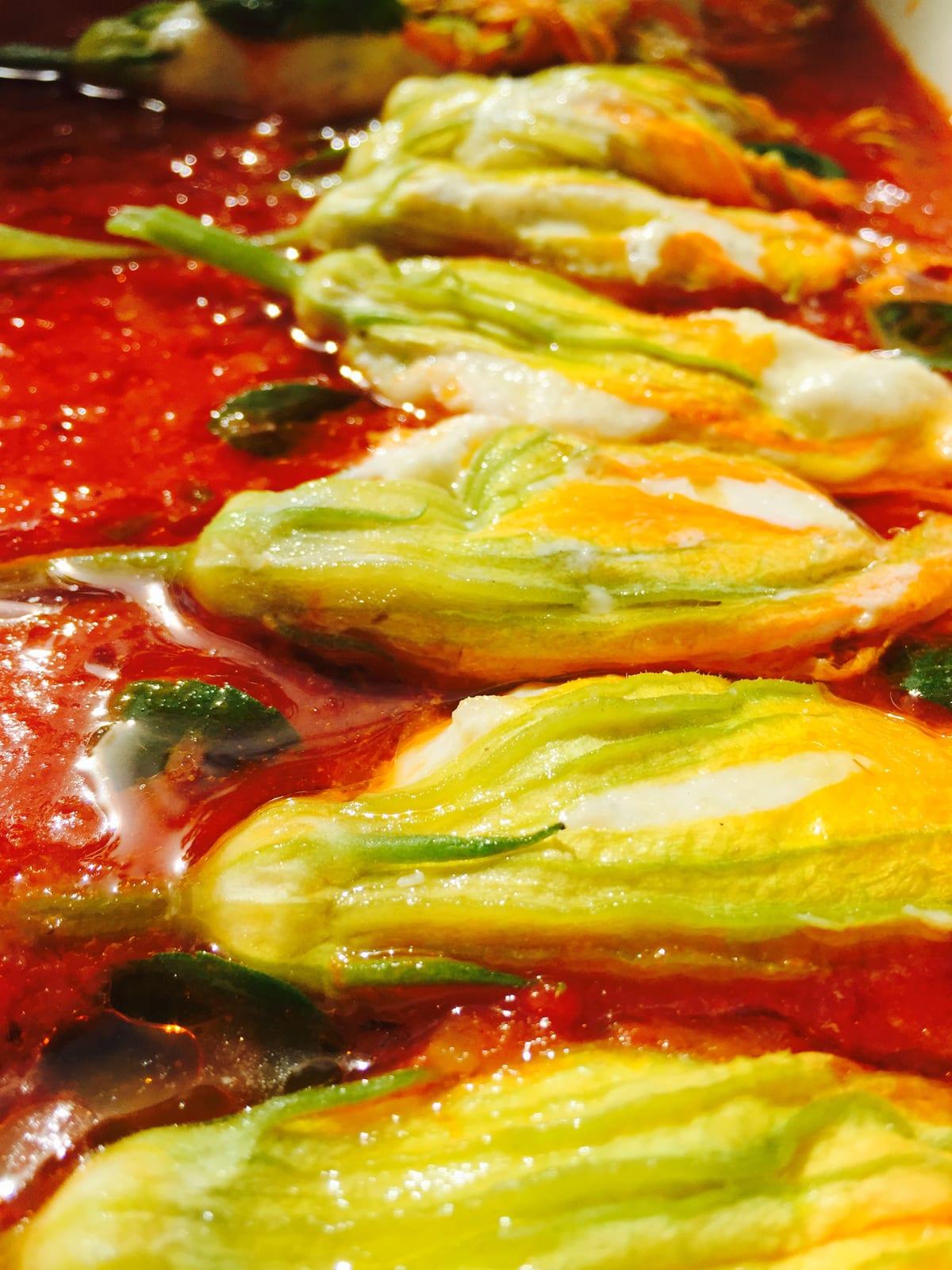 recette de fleurs de courgette farcies à la brandade de morue de Nîmes, sauce tomate et crumble d'anchois