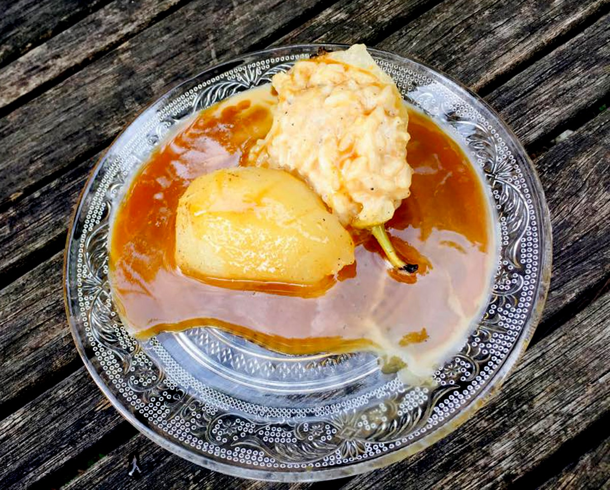 Poire comme en camargue : poire pochée et riz au lait à la cannelle, caramel beurre salé à la fleur de sel des salins du midi