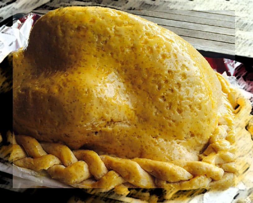 Poulet en croûte de sel tout juste doré au jaune d'œuf : prêt à cuire !