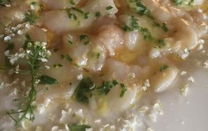 Carpaccio de noix de Saint-Jacques, émulsion sauce soja citron de menton, noisettes