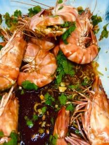 Crevettes comme en Asie, bouillon exotique et nouilles