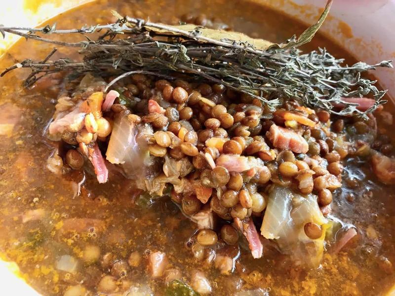 La meilleure recette de plat de lentille : la recette des lentilles mijotées, palette demi-sel et petits lardons